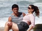 Bruno Gissoni carrega Daniela Escobar no colo durante gravação em praia deserta