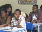 Alunos de SC ensinam português para haitianos e senegaleses