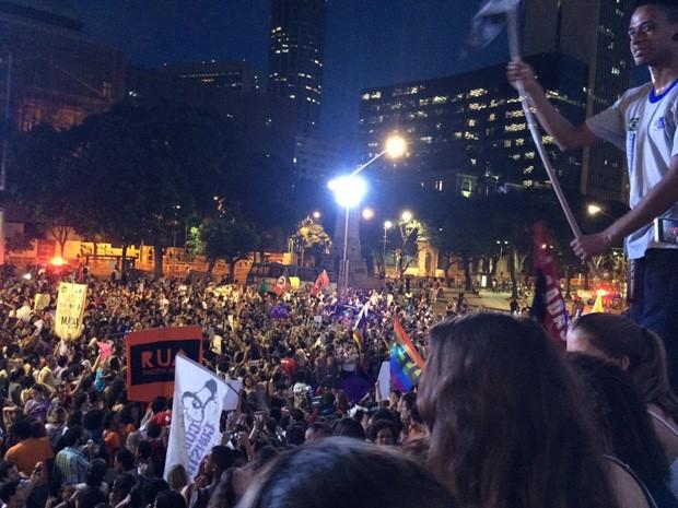 Cinelândia ficou cheia de manifestantes que pedem a saída do presidente da Câmara de Deputados (Foto: Daniel Silveira/ G1)