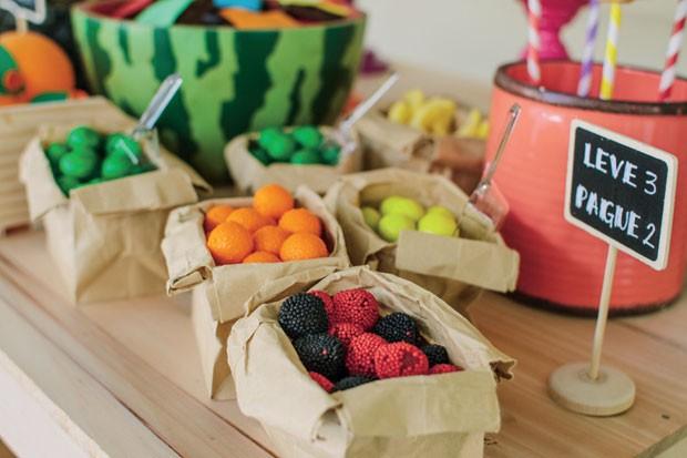 Guloseimas – Saquinhos de papel craft foram recheados com balas no sabor das frutas. As pontas dobradas dão o toque final. (Foto: Thais Galardi/GNT)