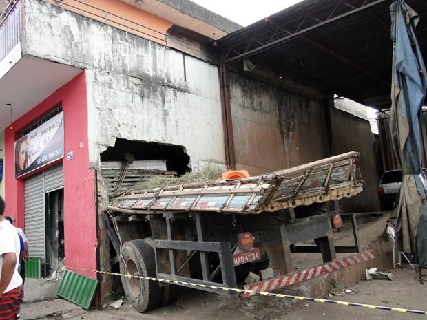 Caminhão parou dentro de um salão em Contagem (Foto: Pedro Cunha / G1 MG)