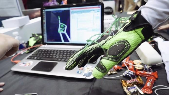 Haptic Glove utiliza bolsas de ar para dar sensação de pegada (Foto: Reprodução/Youtube)