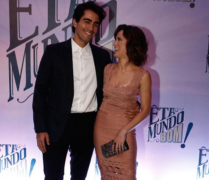 Bianca Bin olha apaixonada para o marido, Pedro Brandão (Foto: Inácio Moraes/Gshow)