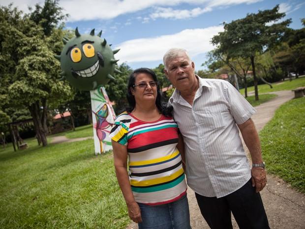 Pais de Dinho posam ao lado de estátua em praça que homenageia os Mamonas Assassinas (Foto: Fábio Tito/G1)