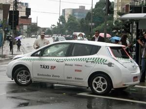 Táxi elétrico em ponto na Avenida Paulista de São Paulo (Foto: Letícia Macedo/G1)