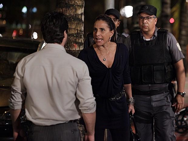 Wanda é presa depois de arrumar confusão na rua (Foto: Salve Jorge/TV Globo)