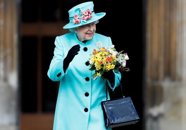 Rainha Elizabeth só leva dinheiro na bolsa aos domingos (Foto: Getty Images)