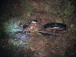 Motocicleta ficou despedaçada na ERS-150 (Foto: Reprodução/RBS TV)