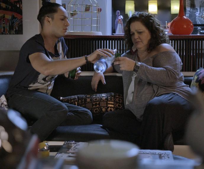 Visky e Lourdeca caem no choro falando sobre Leo (Foto: TV Globo)