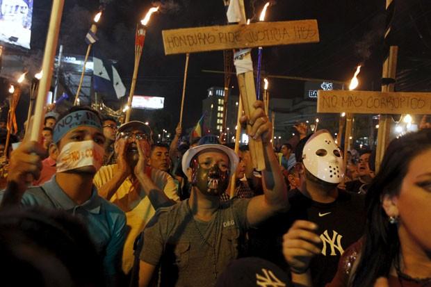 Manifestantes protestam pela renúncia do presidente de Honduras, Juan Hernandez, em Tegucigalpa na noite desta sexta-feira (3) (Foto: Jorge Cabrera/Reuters)