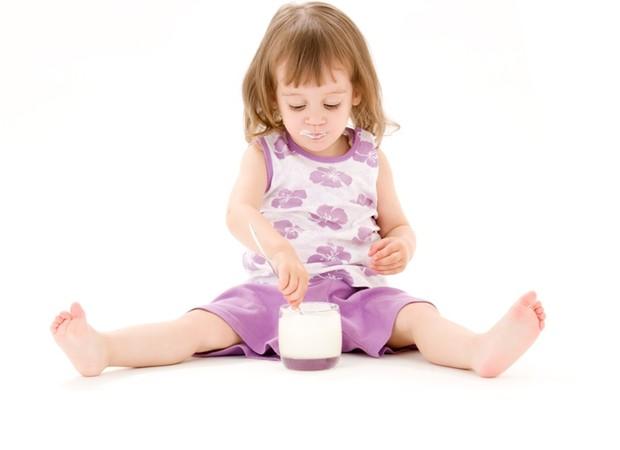 menina_crianca_comida_iogurte_lactose_ (Foto: thinkstock)
