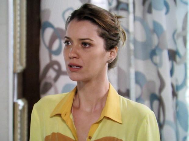 Laura fica passada com tudo que Nildes lhe conta (Foto: TV Globo)