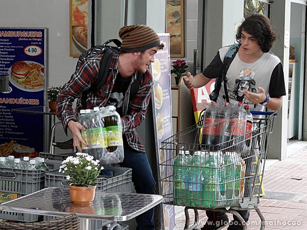 Sidney e Junior aproveitam a oportunidade e roubam os refrigerantes da padaria (Foto: Malhação / TV Globo)