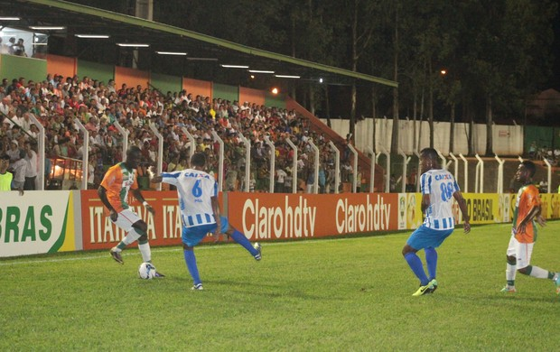 Lance entre Naviraiense e Avaí no estádio Virotão, pela Copa do Brasil 2014 (Foto: Orisvaldo Sales/Naviraiense)