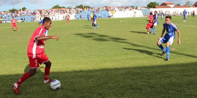 Renan Carioca, do 4 de Julho,  e Rian, Parnahyba, na disputa da bola (Foto: Wenner Tito)