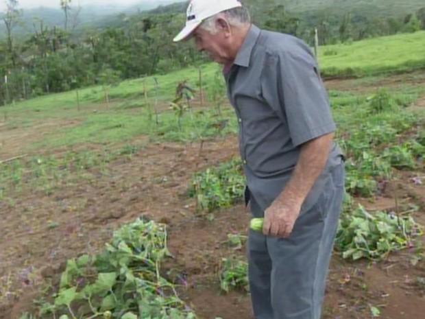 Carlos Henrique Pires teve prejuízo após chuva com ventania (Foto: Reprodução/ TV TEM)