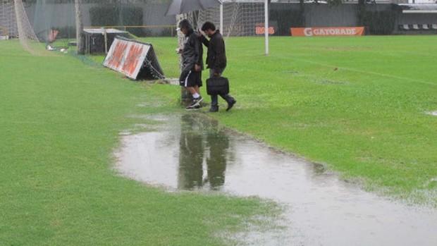 Muricy na chuva CT Rei Pelé Santos (Foto: Marcelo Hazan /globoesporte.com)