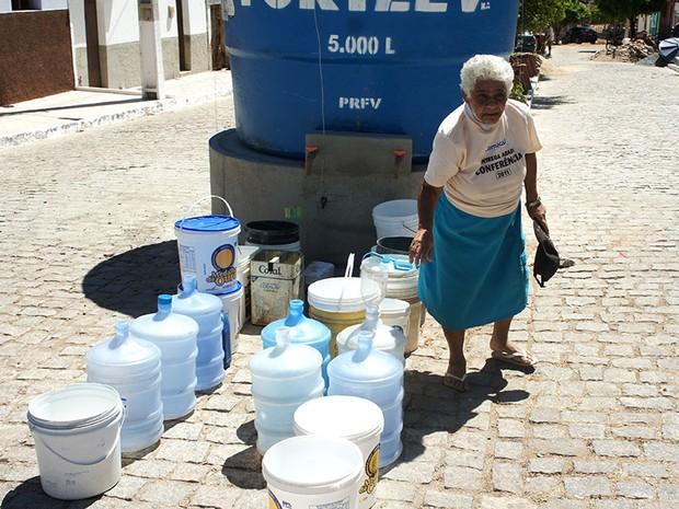 Moradores de Acari precisam acordar cedo para pegar água nos chafarizes públicos espalhados pela cidade (Foto: Anderson Barbosa/G1)