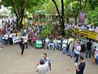 Com cartazes, servidores federais em greve fazem ato público no Acre