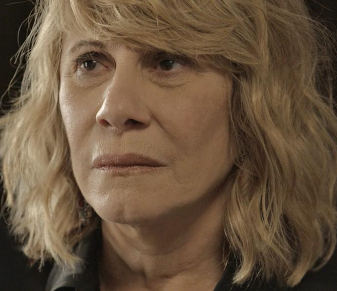 Nora está decidida a deixar a mansão dos Stewart (Foto: TV Globo)
