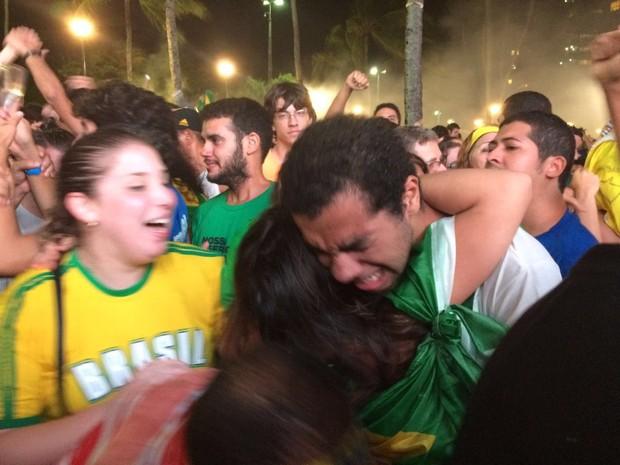 Manifestantes pró-impeachment comemoram resultado da votação na Praia de Boa Viagem (Foto: Thays Estarque/G1)