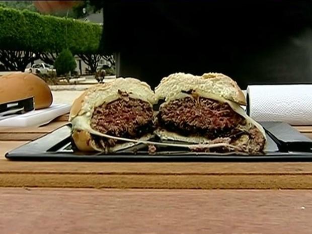 Hambúrguer 'tamanho família' foi aprovado por quem o experimentou (Foto: Reprodução/TV Gazeta)