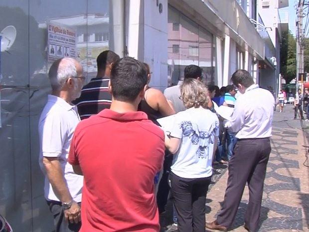 Clientes formam filas em frente à agência bancárias em Araçatuba (Foto: Reprodução/TV TEM)