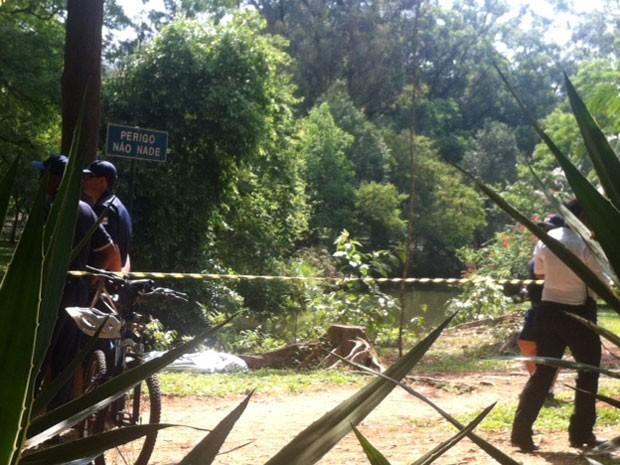 Área é isolada no Parque do Ibirapuera após corpo de homem ser localizado dentro de lago (Foto: Olívia Florência/G1)