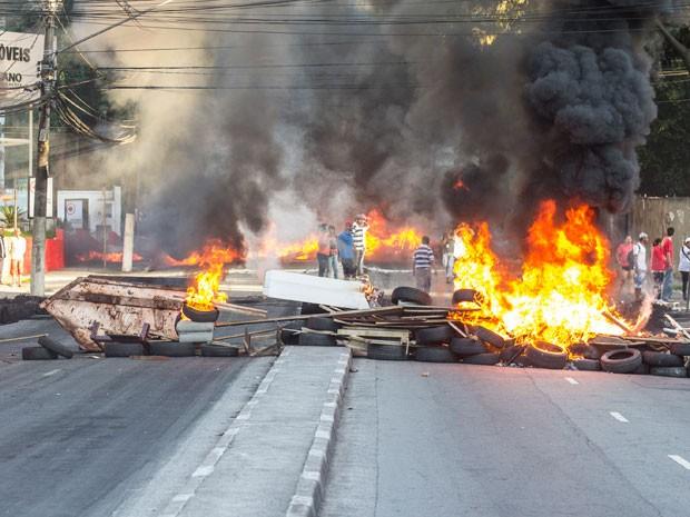 Manifestantes fizeram barricada para impedir ação da PM  (Foto: Marco Ambrósio/Frame/Estadão Conteúdo)