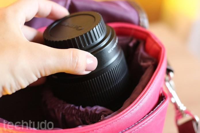 Evite transportar a lente solta na bolsa. Dê preferência para um local que evite balanços (Foto: Karen Malek/TechTudo)