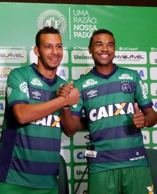 João Afonso e Wagner apresentação Chapecoense (Foto: Cleberson Silva/Chapecoense)
