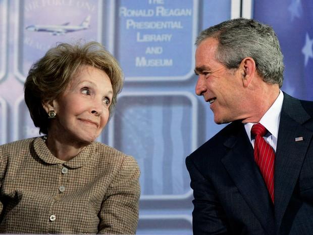 Foto de 2005 mostra Nancy Reagan com o então presidente George W. Bush  (Foto: AP Photo/Kevork Djansezian)