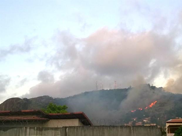 Incêndio no Morro da Fonte Grande (Foto: VC no ESTV)