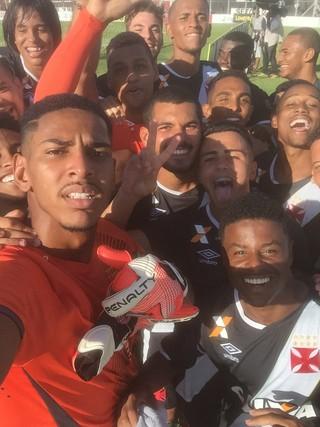 João Pedro, que defendeu um pênalti, tira selfie com os companheiros (Foto: Divulgação Vasco.com.br)
