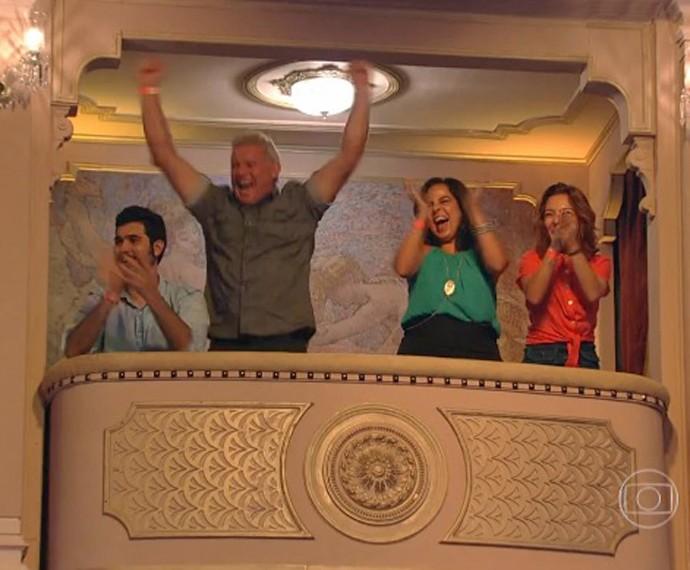 Pai de Grazi Massafera vibra muito com o prêmio recebido pela filha (Foto: TV Globo)