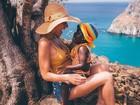 Giovanna Ewbank faz gracinha com Titi em foto em Fernando de Noronha
