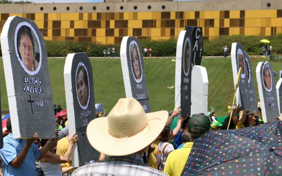 Manifestantes carregaram 'lápides' com nome de políticos (Foto: Álvaro Costa/TV Globo)