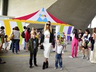 Estilosa, Dani Winits leva os filhos para assistirem  musical infantil