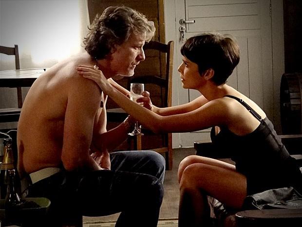 Dopado, Max revela a Nina sua relação com Carminha (Foto: Avenida Brasil / TV Globo)