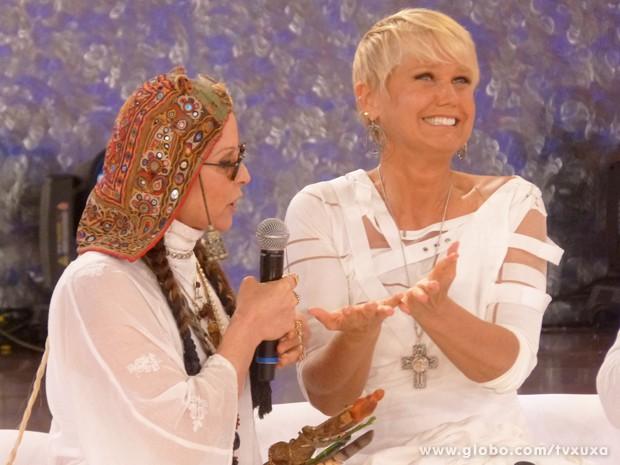Xuxa mostra sua mãos para quiróloga (Foto: TV Xuxa / TV Globo)