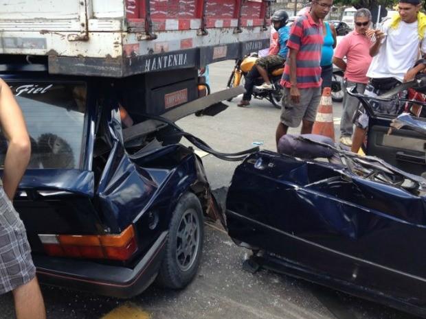 Carro colide com caminhão no km 48 da BR-101, em Abreu e Lima (Foto: Kety Marinho/TV Globo)