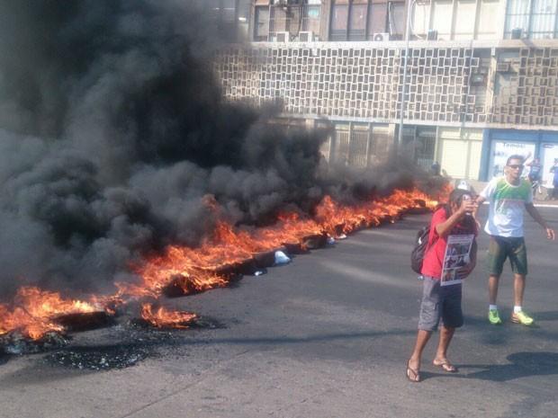 Pneus queimados em protesto no centro de Brasília por moradia (Foto: Mateus Rodrigues/G1)