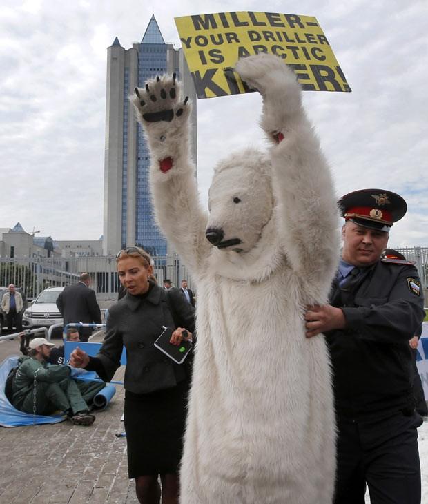 Um dos ativistas ergue os braços ao ser levado pela polícia (Foto: Misha Japaridze/AP)
