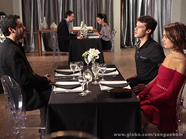 Climão entre Natan e Maurício acaba estragando o jantar (Foto: Sangue Bom / TV Globo)