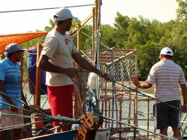 Com o seguro recebido em 2011, pescador de lagosta da cidade de Itarema Antônio Ericlaudio (centro) fez a manutenção do barco e reforma na casa. (Foto: Divulgação)