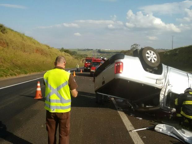 Caminhonete tombou na pista após colisão contra traseira de carreta (Foto: Polícia Rodoviária/Divulgação)