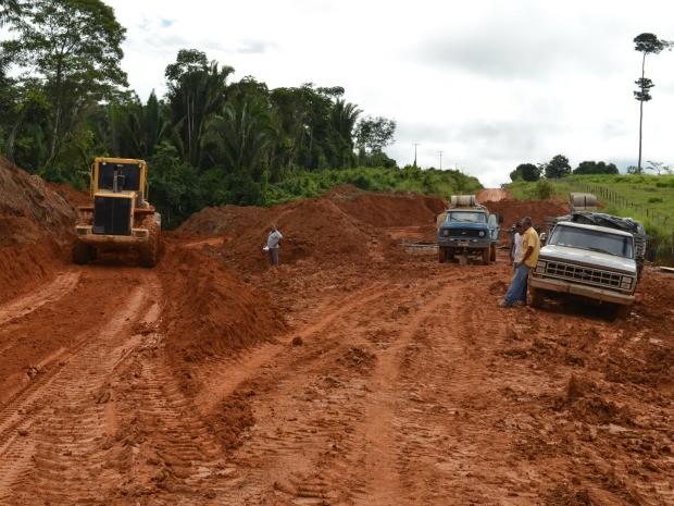 Motoristas dividem espaço com máquinário das obras (Foto: Eliete Marques/G1)