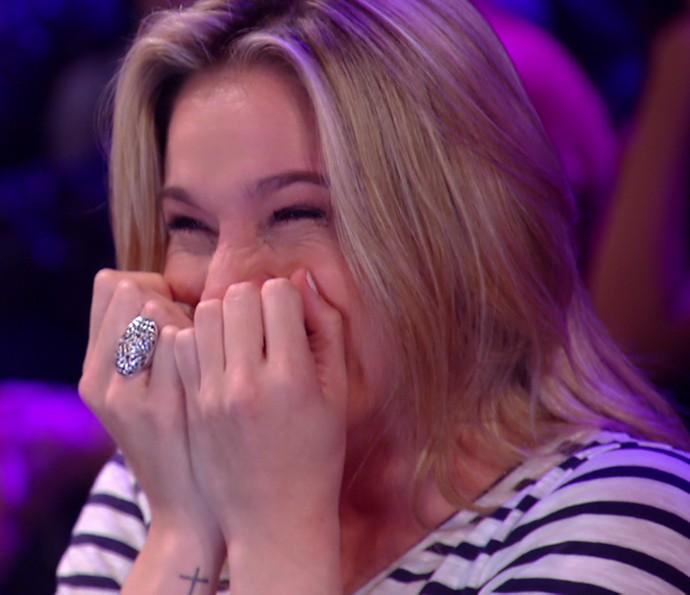 Fernanda Gentil é pura felicidade quando Sandy sobe ao palco (Foto: TV Globo)