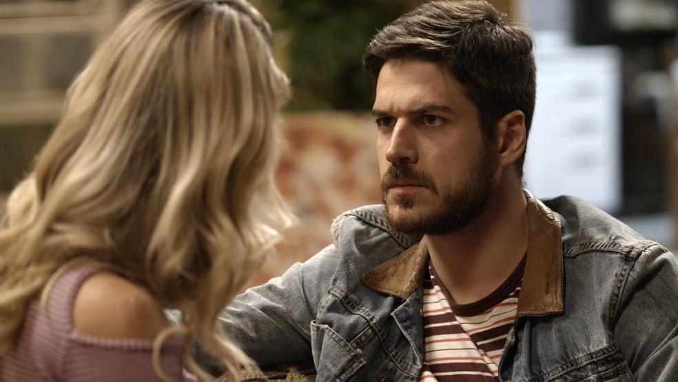 Zeca ouve o que Jeiza tem para falar. O faro dela não costuma se enganar! (Foto: TV Globo)