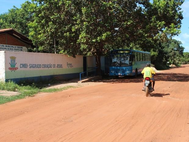Moradores reclama que alunos são obrigados a enfrentar a poeira para vir à escola (Foto: Gil Oliveira/ G1)